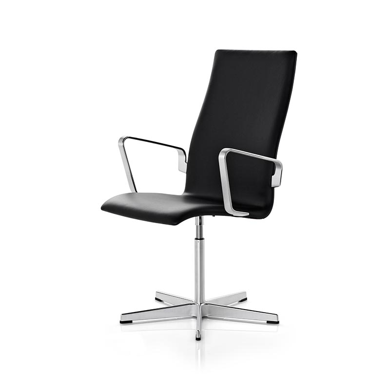Fritz Hansen Oxford Classic Armchair with Fixed Swivel Base by Arne Jacobsen
